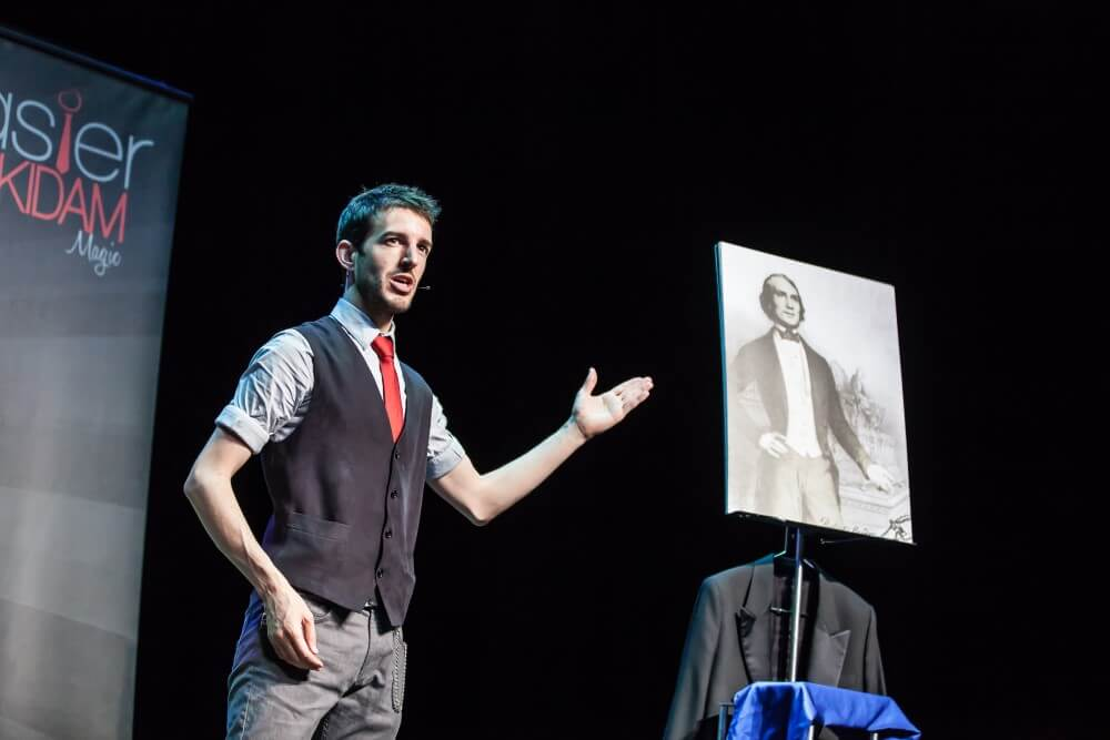 Mago espectáculo magia para teatros en Pamplona y Navarra